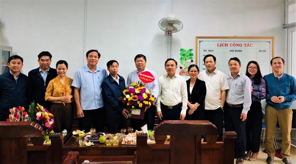 Các đồng chí lãnh đạo huyện Kỳ Anh Chúc mừng ngành Nông nghiệp Phát triển Nông thôn huyện nhân ngày truyền thống.