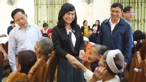 Đồng chí Nguyễn Thị Nữ Y phó Chủ tịch Thường trực HĐND tỉnh chúc Tết người nghèo, gia đình có công trên địa bàn huyện Kỳ Anh.