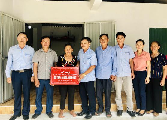 Thường trực Ủy ban Mặt trận Tổ quốc huyện và lãnh đạo xã Kỳ Văn trao tiền hỗ trợ xây dựng nhà ở hộ nghèo