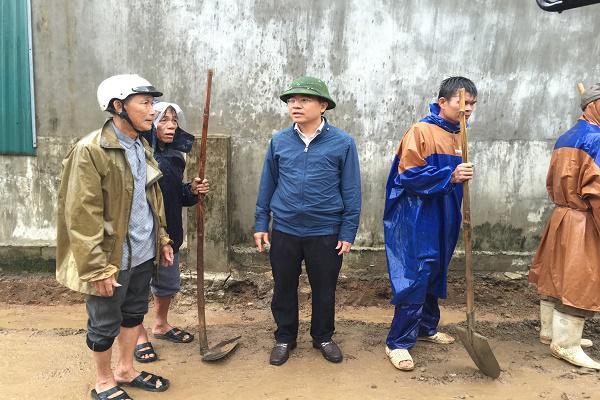 Đồng chí Bùi Quang Hoàn, Chủ tịch UBND huyện Kỳ Anh: Kiểm tra xây dựng Nông thôn mới tại xã Kỳ Xuân.
