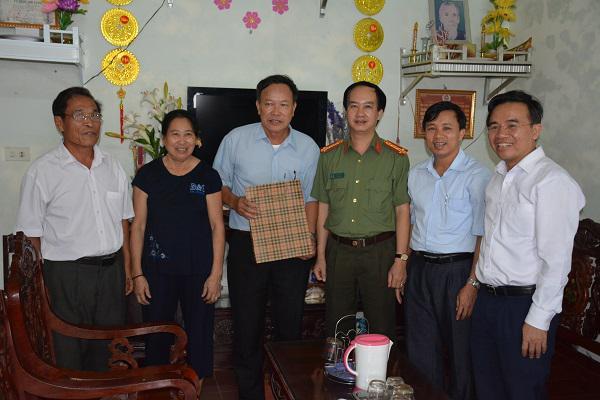 Đồng chí Lê Văn Sao, Giám đốc Công an tỉnh: Tặng quà người cao tuổi ở huyện Kỳ Anh.