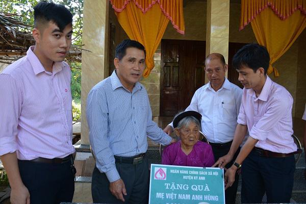 Ngân hàng Chính sách Xã hội huyện Kỳ Anh: Trao quà cho các Bà mẹ Việt Nam Anh hùng.