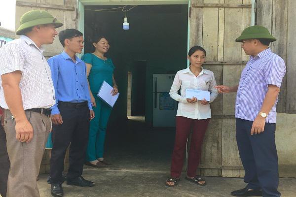Đồng chí Chủ tịch UBND  huyện Kỳ Anh Bùi Quang Hoàn cùng chính quyền địa phương  động viên thăm hỏi các gia đình bị thiệt hại trong trận lốc xoáy vừa qua.