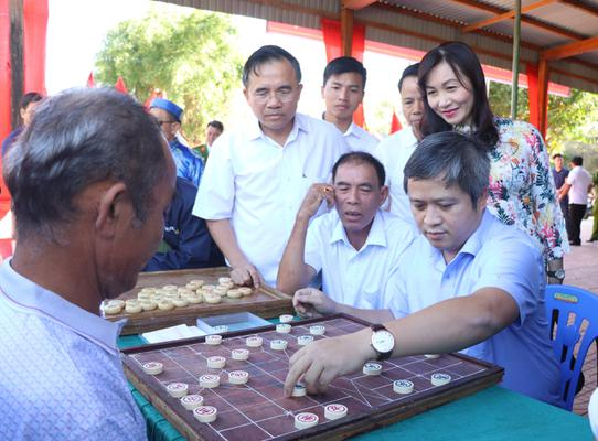 Chủ tịch UBND tỉnh Trần Tiến Hưng vui ngày hội Đại đoàn kết với người dân thôn Hiệu Châu, xã Kỳ Châu