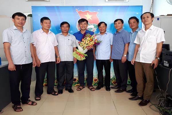 Các Ban Đảng Huyện ủy, Uỷ ban MTTQ  huyện  tặng hoa chúc mừng Hội LHTN huyện nhân ngày truyền thống..