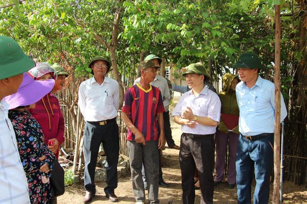 Đồng chí Bí thư Huyện ủy Trần Đình Gia cùng Đoàn Công tác  kiểm tra xây dựng Nông thôn mới tại xã Kỳ Tiến.