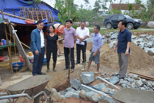Đồng chí Bùi Quang Hoàn, Chủ tịch UBND huyện Kỳ Anh cùng Đoàn Công tác của huyện kiểm tra tình hình khắc phục thiệt hại tại các xã vùng thượng.