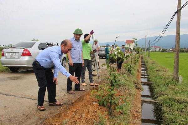Đồng chí Bùi Quang Hoàn, Chủ tịch UBND huyện Kỳ Anh: Kiểm tra và làm việc với xã Kỳ Châu về xây dựng Nông thôn mới.