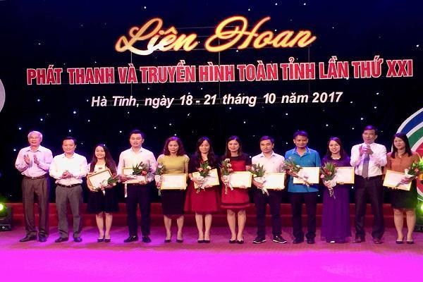 Lãnh đạo Đài PT-TH Hà Tĩnh và Thường trực HĐND  tỉnh trao giải   cho tác giả  đạt giải C  tại Liên hoan PT-TH toàn tỉnh lần thứ XXI.