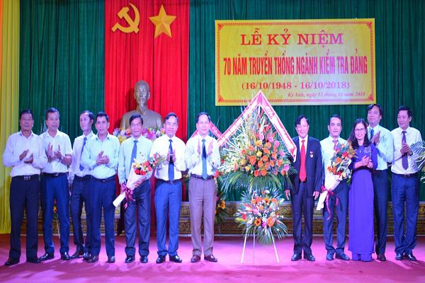 Các đồng chí lãnh đạo huyện Kỳ Anh tặng hoa chúc mừng  Uỷ ban Kiểm tra huyện Kỳ Anh nhân ngày truyền thống..