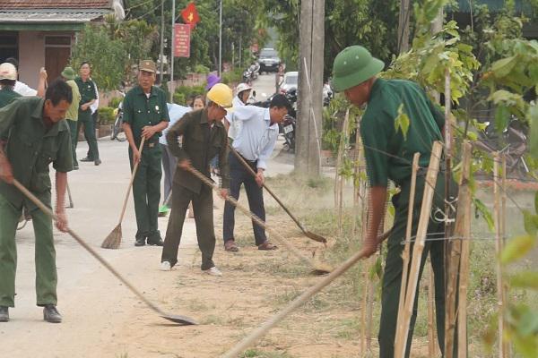 Bà con nhân dân xã Kỳ Tiến ra quân hưởng ứng tháng cao điểm   xây dựng khu dân cư nông thôn mới kiểu mẫu, vườn mẫu.
