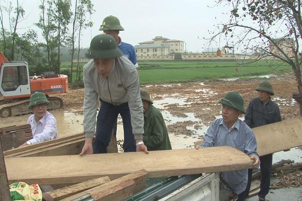 Chủ tịch UBND huyện Kỳ Anh Bùi Quang Hoàn chung tay giúp dân di dời nhà cửa, đồ đạc