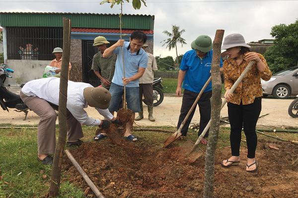Công đoàn Huyện uỷ Kỳ Anh giúp đỡ xã Kỳ Phú xây dựng Nông thôn mới