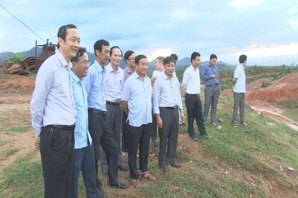Đồng chí Lê Đình Sơn, Bí thư Tỉnh ủy, Chủ tịch HĐND  tỉnh kiểm tra khu vực hồ Rào Trổ