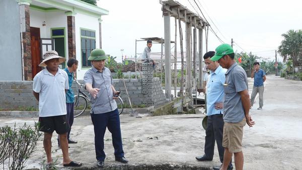 Đồng chí Chủ tịch UBND huyện kiểm tra tiến độ NTM tại xã Kỳ Thọ
