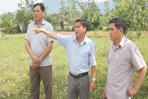 Đồng chí Nguyễn Xuân Thủy, UVBTV Huyện ủy, PCT UBND  huyện Kỳ Anh   kiểm tra tiến độ xây dựng NTM  tại xã Kỳ Thượng.