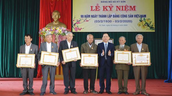 Đảng bộ xã Kỳ Sơn kỷ niệm 90 năm thành lập Đảng Cộng sản Việt Nam và trao huy hiệu Đảng cho 6 đồng chí.
