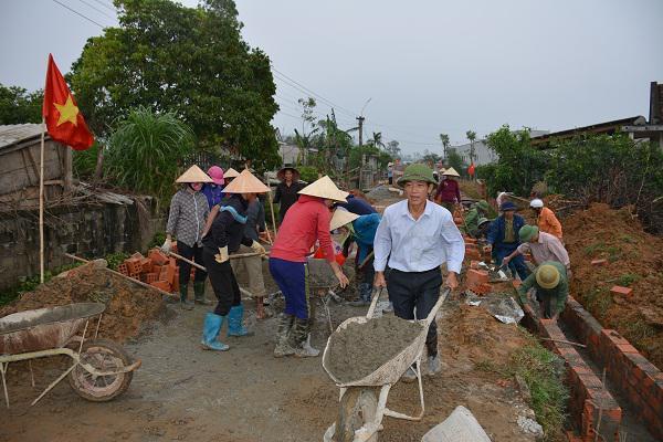 Thôn Đồng Phú, xã Kỳ Đồng: Sôi nổi làm giao thông nông thôn.