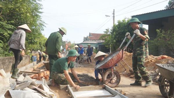 Lữ đoàn 283 Quân khu 4 giúp dân xây dựng nông thôn mới ở xã Kỳ Phú.