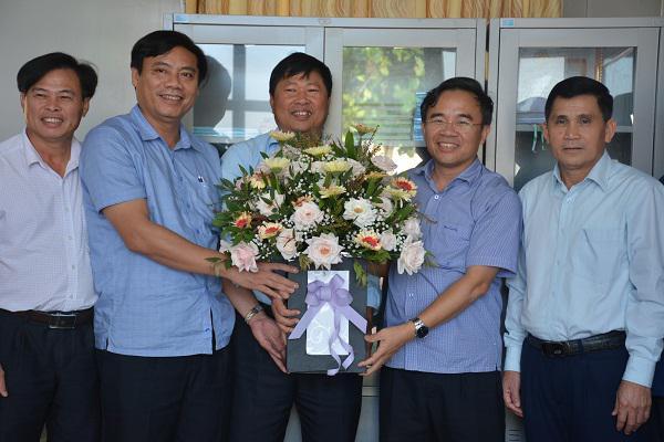 Các đồng chí lãnh đạo huyện Kỳ Anh chúc mừng phòng Nông nghiệp Phát triển Nông thôn huyện nhân ngày truyền thống