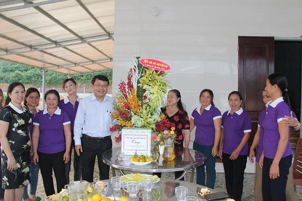 Đồng chí Dương Tất Thắng, Phó Chủ tịch UBND tỉnh chúc mừng Hợp tác xã ở huyện Kỳ Anh