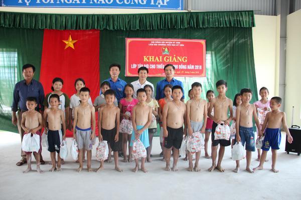 Liên đội Trường Tiểu học Kỳ Anh khai giảng lớp dạy bơi cho Thiếu niên Nhi đồng Hè năm 2018.