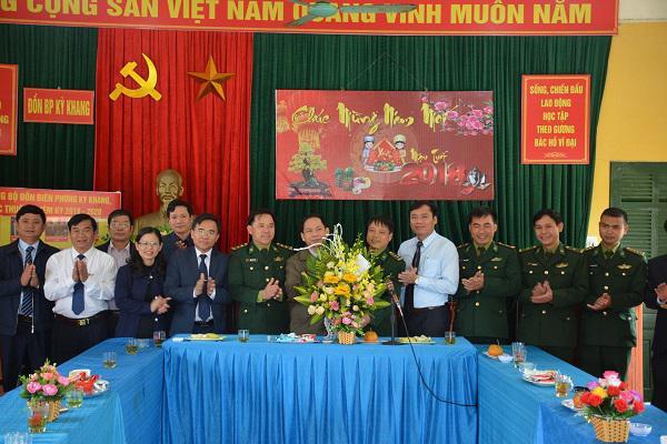 Các đồng chí lãnh đạo huyện Kỳ Anh tặng hoa chúc mừng  Đồn biên phòng Kỳ Khang nhân ngày truyền thống. ảnh tư liệu