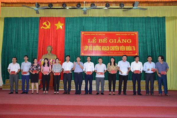 Trường Chính trị Trần Phú: Bế giảng lớp bồi dưỡng nghạch Chuyên viên K74 tại huyện Kỳ Anh