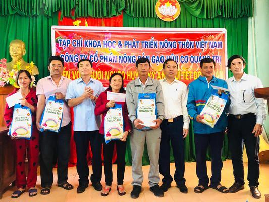Tặng quà chúc tết các hộ dân thôn Nam Xuân Sơn xã Kỳ Tân thuộc đối tượng di dời tái định cư.