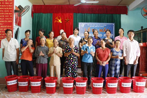 Chi hội Phụ nữ thôn Hà Phong ra mắt câu lạc bộ nhà sạch vườn đẹp.