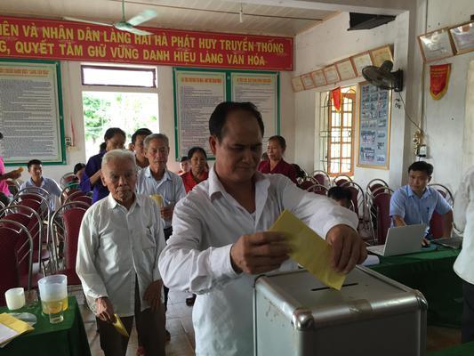 Cử tri xã Kỳ Lâm bỏ phiếu lấy ý kiến sát nhập xã