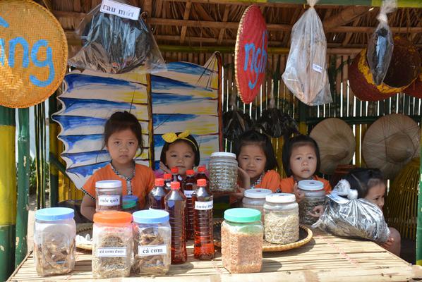 [Photo]: Chiêm ngưỡng làng nghề và chợ quê truyền thống trên sân trường mầm non