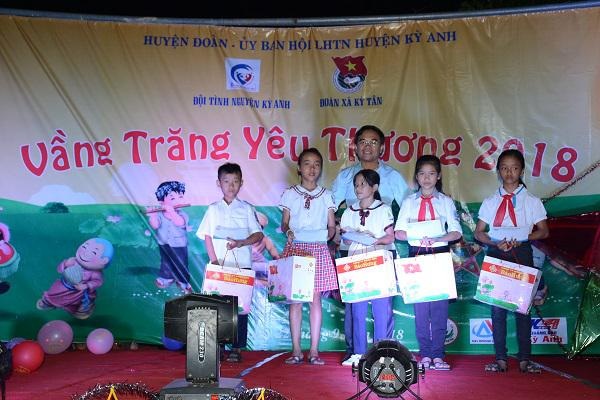 Đồng chí Bùi Quang Hoàn, Chủ tịch UBND huyện tặng quà cho trẻ em nhân dịp Tết Trung thu tại xã Kỳ Tân.