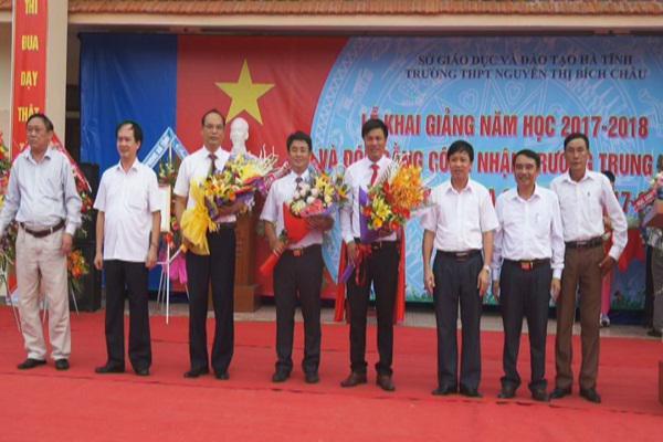 Đồng chí Lê Văn Sao- Giám đốc Công An tỉnh: Dự lễ khai giảng năm học mới ở Trường THPT Nguyễn Thị Bích Châu.